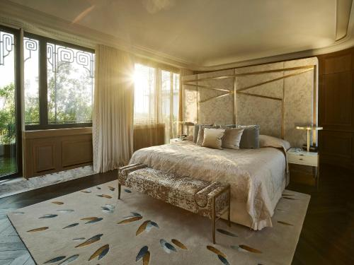 A bed or beds in a room at Le Meurice – Dorchester Collection