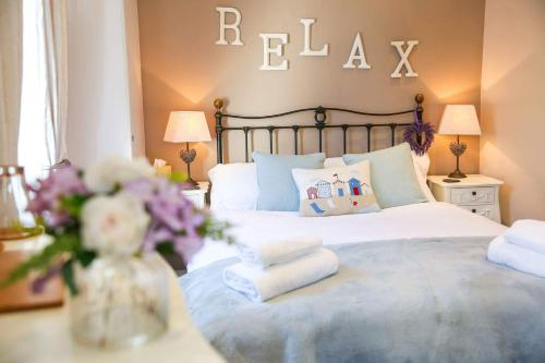 A bed or beds in a room at Cobbleview Rooms