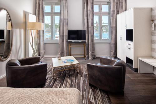 Ein Sitzbereich in der Unterkunft Hotel Hafen Flensburg