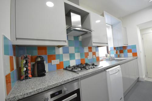 A kitchen or kitchenette at Lexicon House - 4 bedrooms 3 bathrooms
