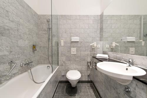 A bathroom at Angleterre Hotel