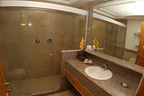 A bathroom at Hotel Atlântico Búzios Convention & Resort