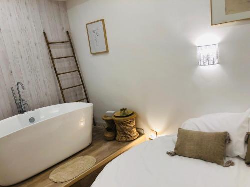 A bathroom at Urbinn Flat - Lit Rond, Jacuzzi, Vieux-Port