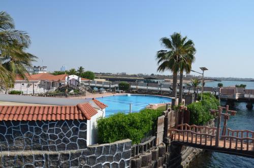 Uma vista da piscina em Al Murjan Beach Resort ou nos arredores