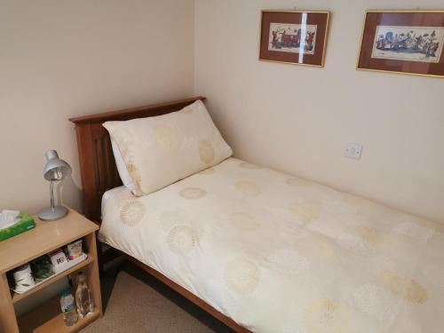 A bed or beds in a room at Hatsue Guest House