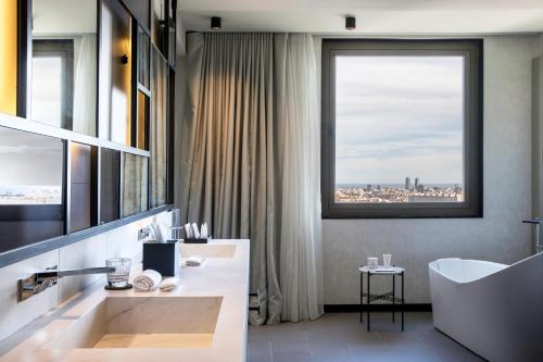 A bathroom at Hotel SOFIA Barcelona, in The Unbound Collection by Hyatt