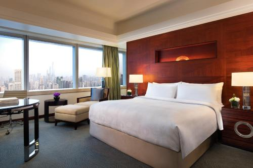 A bed or beds in a room at JW Marriott Shanghai at Tomorrow Square