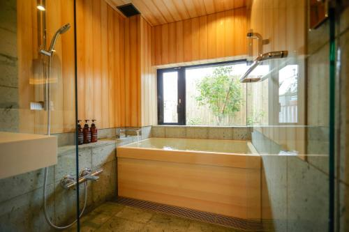 A bathroom at Kaminarimon Ryokan
