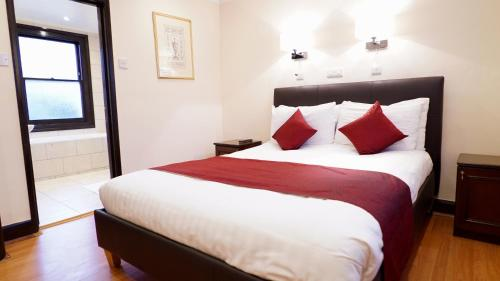 A bed or beds in a room at La Gaffe - Restaurant with Rooms