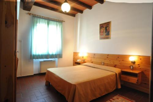 A bed or beds in a room at Hotel del Lago