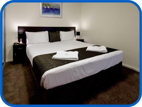 A bed or beds in a room at Horizon Apartments