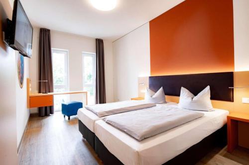 Ein Bett oder Betten in einem Zimmer der Unterkunft Friendly Cityhotel Oktopus