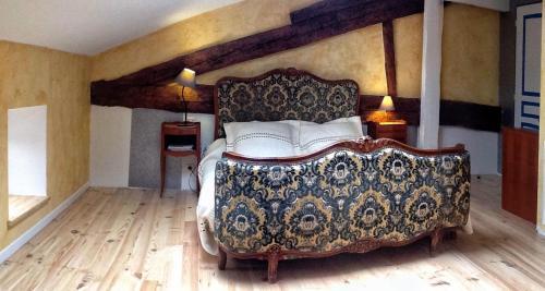 A bed or beds in a room at L'Oustal de l'Annetta Chambres et Tables d'Hôtes