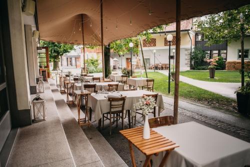 A restaurant or other place to eat at Dvor Jezersek Brnik
