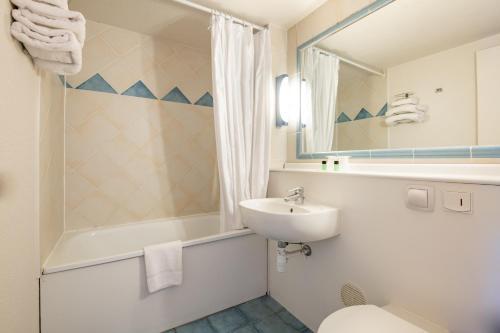 Um banheiro em Hôtel aéroport CANNES MANDELIEU