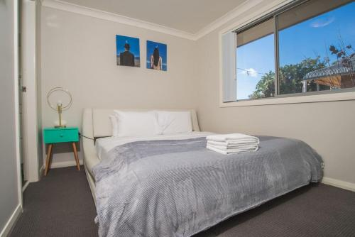 A bed or beds in a room at PEACEFUL 2Kingbed RootyHill Townhouse near Station