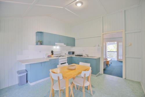 A kitchen or kitchenette at Pleasant Place to stay near the Park + FREE WiFi