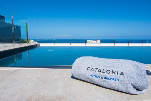 The swimming pool at or near Catalonia Oro Negro