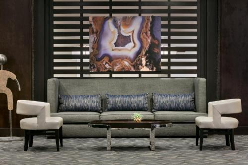 A seating area at Hilton Orlando/Altamonte Springs