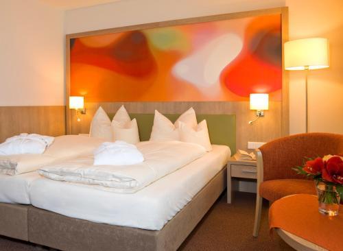 A bed or beds in a room at Hotel Herzog Heinrich