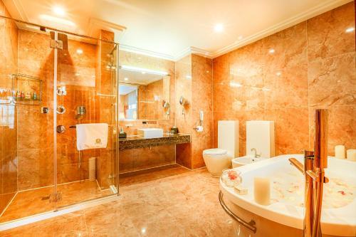 A bathroom at Best Western Premier Tuushin Hotel