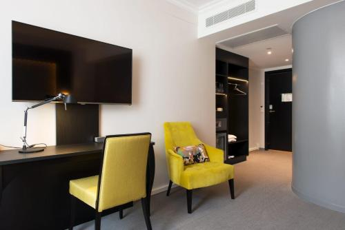 A television and/or entertainment center at Thon Hotel Rosenkrantz Oslo