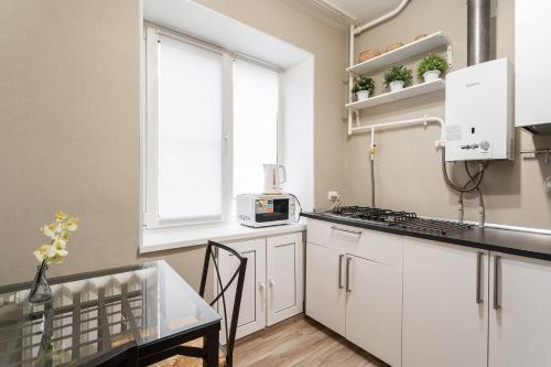 Кухня или мини-кухня в На-Сутки на б-ре Мира 22