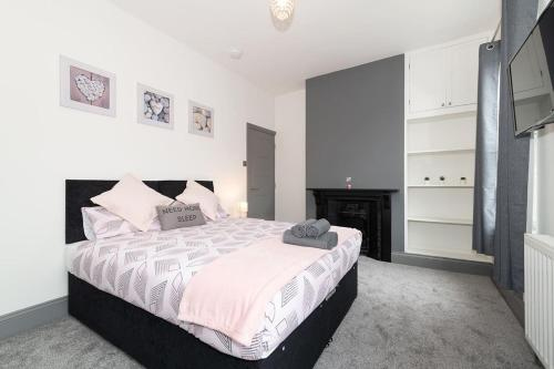 A bed or beds in a room at Modern New Refurbished House with Parking