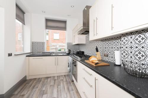 A kitchen or kitchenette at Modern New Refurbished House with Parking