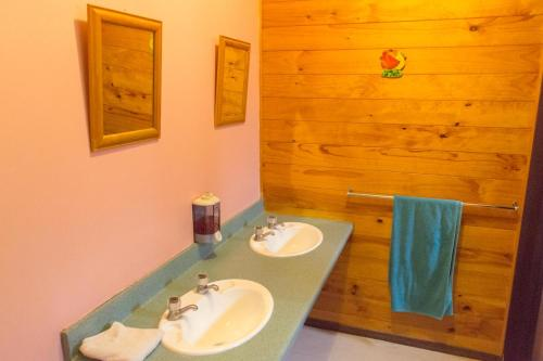 A bathroom at JunoHall Backpackers
