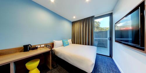 ibis budget Sydney Airport tesisinde bir odada yatak veya yataklar