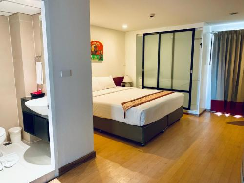 A bed or beds in a room at I Residence Hotel Sathorn