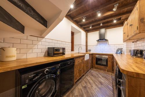 A kitchen or kitchenette at Quayside Apartment