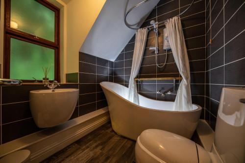 A bathroom at Quayside Apartment