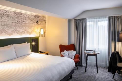 A bed or beds in a room at Mercure Nottingham Sherwood