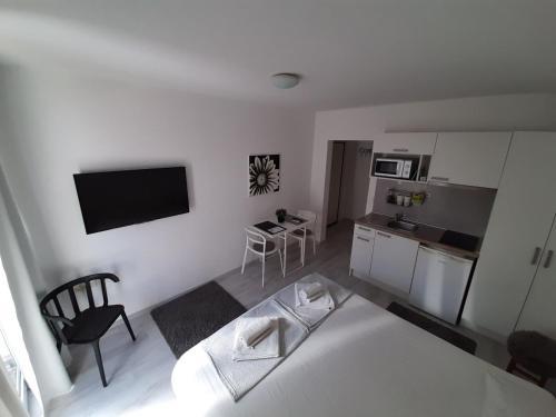 Кухня или мини-кухня в Apartments Kuca.House