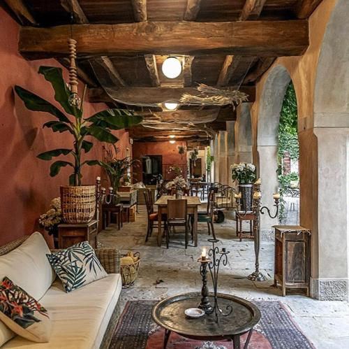 A restaurant or other place to eat at I giardini segreti di Villa Marcello Marinelli