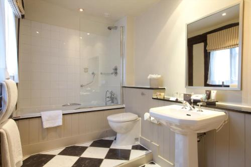 A bathroom at Swan Hotel & Spa