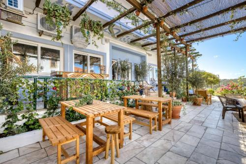 A restaurant or other place to eat at Selina Milfontes