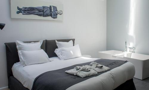 A bed or beds in a room at Hôtel Quatorze