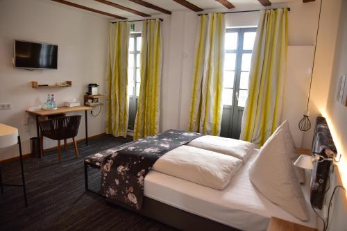 Een bed of bedden in een kamer bij Hotel Schöne Aussicht