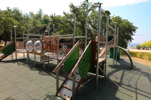 Ein Kinderspielbereich in der Unterkunft Pine Beach Pakostane - All Inclusive light