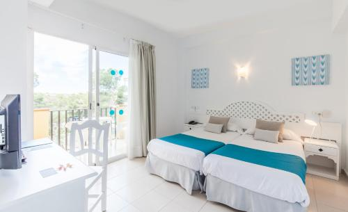 A bed or beds in a room at Blue Sea Costa Verde
