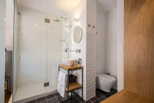 A bathroom at Urbano FLH Hotels Lisboa