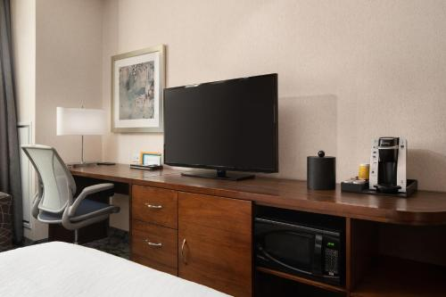 A television and/or entertainment centre at Hilton Garden Inn Long Island City