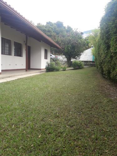 A garden outside Casas Vacacionales La Cima