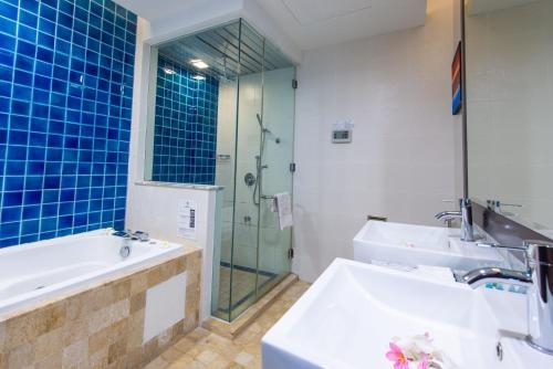A bathroom at Sabah Beach Villas & Suites