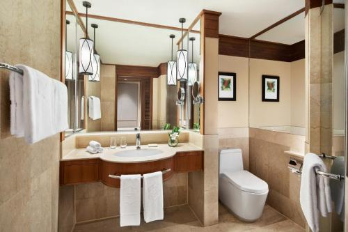 A bathroom at Shangri-La Rasa Sayang, Penang