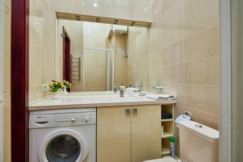 A bathroom at Home Hotel Apartments on Zoloti Vorota