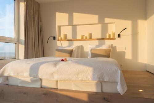 Een bed of bedden in een kamer bij Noordzee, Hotel & Spa